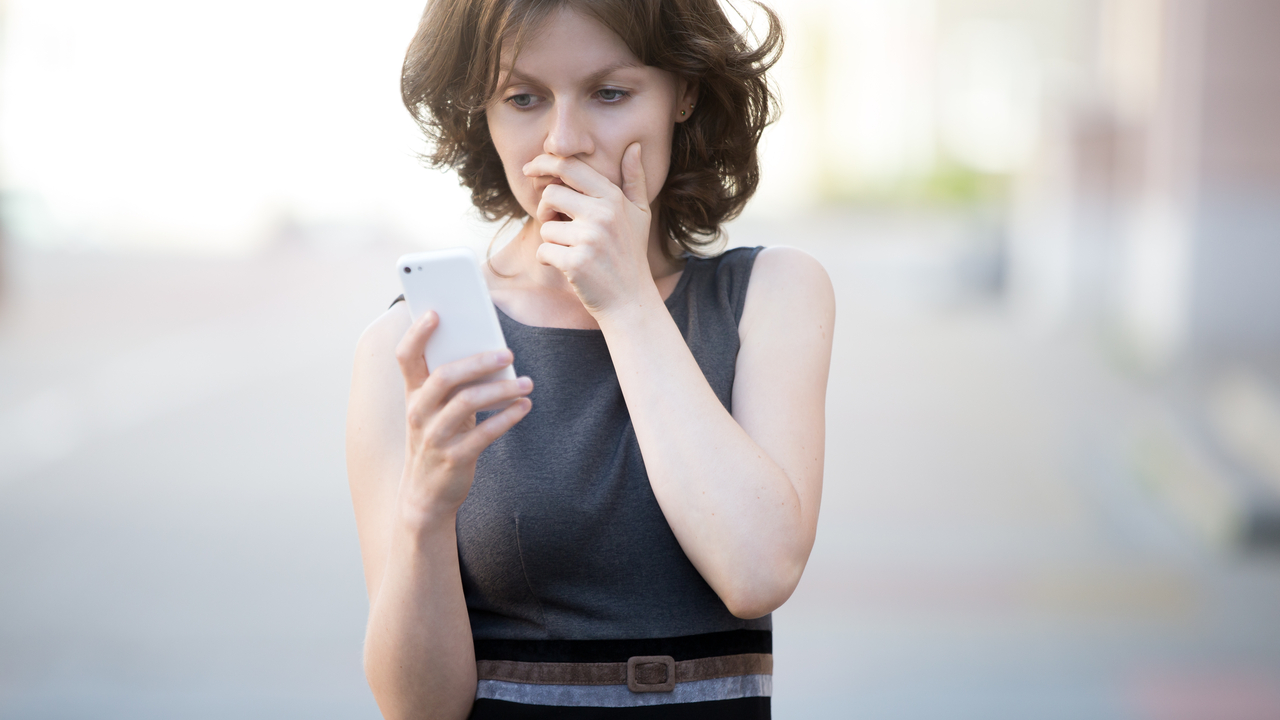Woman with phone at work - Web_16_9 - Web_16_9