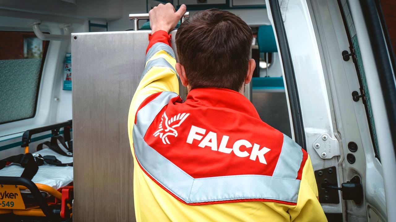 Falck-Einsatzjacke-Mitarbeiter-von-hinten