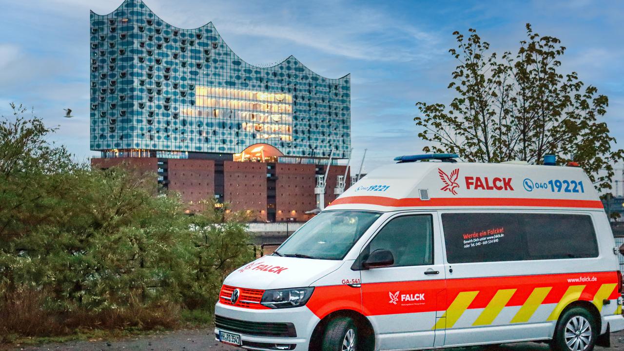 Falck Krankentransportwagen vor Elbphilharmonie