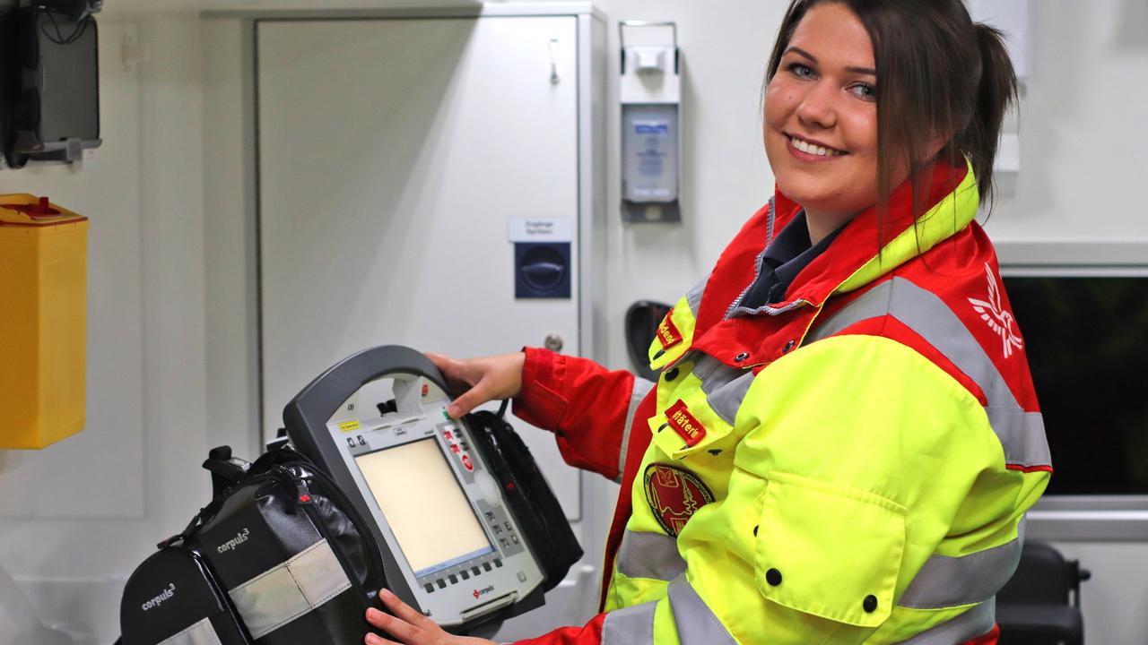 Notfallsanitäterin mit EKG-Gerät im RTW