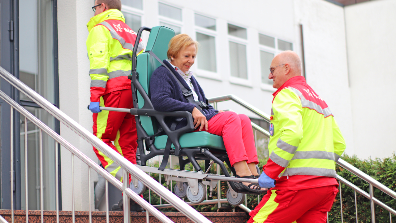 Falck Mitarbeiter betreut Patienten