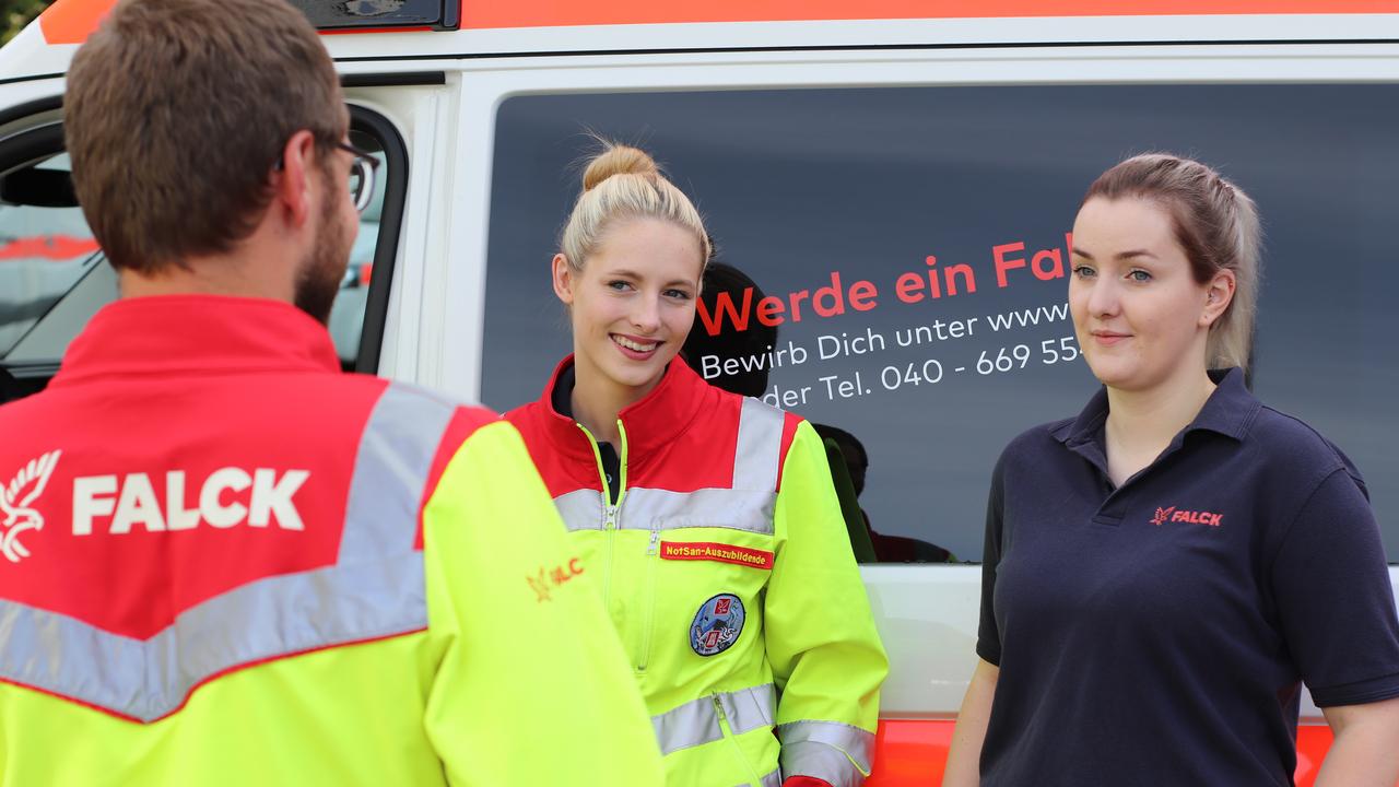 Mitarbeiter-bei-Falck-Deutschland-vor-KTW